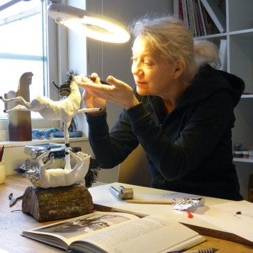 EvaMarie vid ateljébord skapar hästskulptur