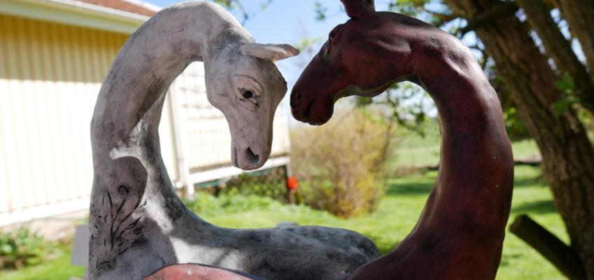 Hästskulptur som visar två hästar vända mot varandra med kärlek