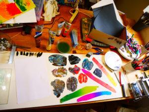 Ateljebord med polymerlera i många olika färger.