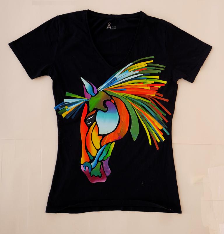 Svart T-shirt med stiliserat färgsprakande hästhuvud