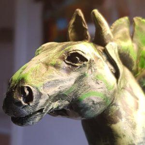 Huvudet på en hästskulptur i polymerlera