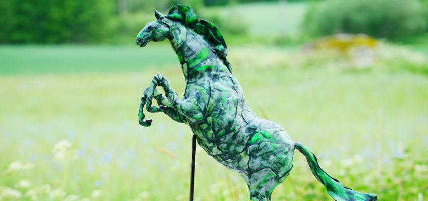 Hoppande häst - skulptur av polymerlera - meetingpriset till Linköping Horse Show