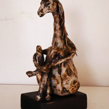 Sitande skulptur av en häst