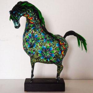 Hästskulptur i klara färger
