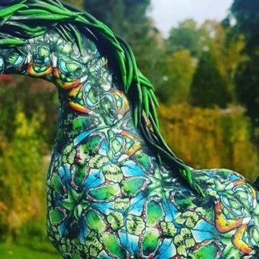 Färgglad hästskulptur i polymerlera