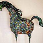 Färgsprakande hästskulptur i polymerlera