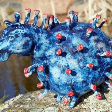 Blå hästskulptur som ser ut som ett coronavirus