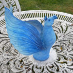 Blå hästskulptur med vingar