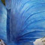 Detalj av blå hästskulptur med vingar