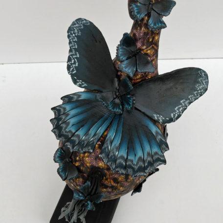 Hästskulptur med fjärilar