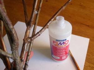 Kvistar och en flaska med flytande polymerlera