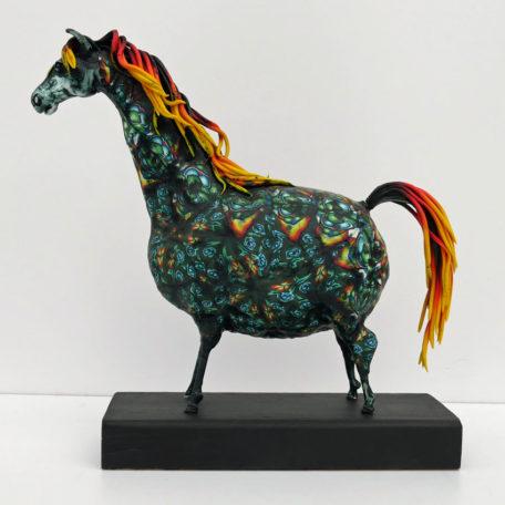 Färgstark hästskulptur i polymerlera