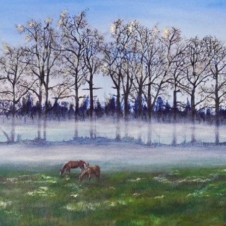 Tavla med betande hästar med dimma i bakgrunden