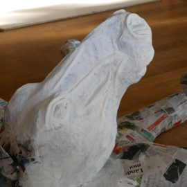 Vitmålat hästhuvud i papier mache